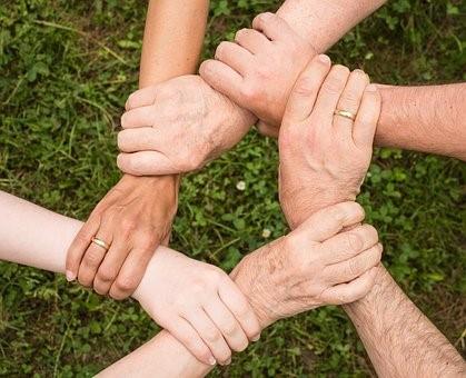 Personas en Proceso de Subrogación Tomados de la mano